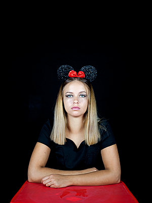 Young woman wearing mickey mouse ears - p1105m2115302 by Virginie Plauchut
