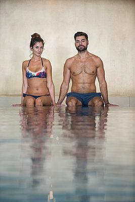 Paar in einer Badeanstalt - p427m1196427 von Ralf Mohr