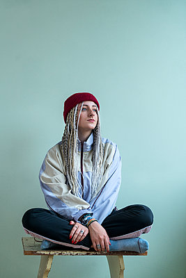 Young woman with dreadlocks - p427m2076118 by Ralf Mohr