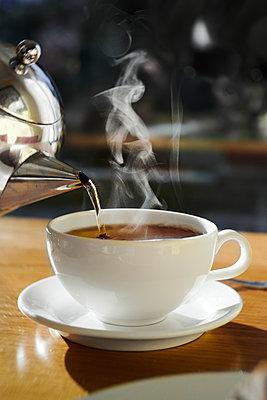 Teetasse im Gegenlicht am Morgen - p954m2151038 von Heidi Mayer