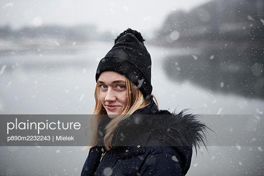 Frau im Schnee - p890m2232243 von Mielek