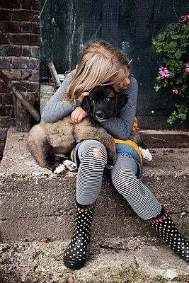 Mädchen mit Lieblingshund - p1348m1215637 von HANDKE + NEU