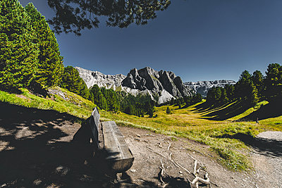 Bench with a beautiful view in the Dolomites - p1455m1514938 by Ingmar Wein