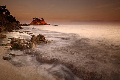 Spain, Castell-Platja d'Aro, Belladona Cove at sunset - p300m2083274 von David Santiago Garcia