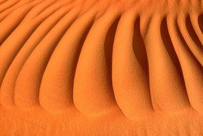 United Arab Emirates, Rub' al Khali, desert sand and ripple marks - p300m2103100 von Egmont Strigl