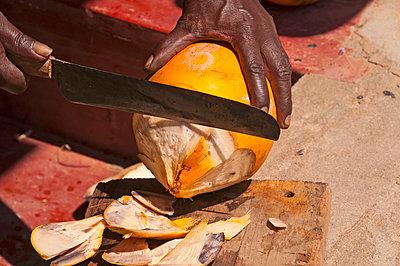 Mann öffnet Kokosnuss, Sri Lanka, Ceylon, Südasien, Asien - p979m910066 von Allgoewer