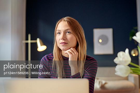 Junge Frau am Laptop Computer - p1124m1589206 von Willing-Holtz
