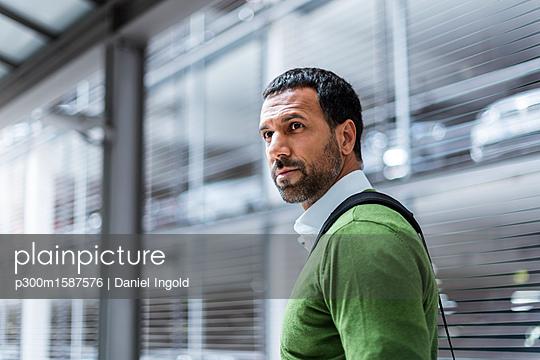 Portrait of businessman with laptop bag - p300m1587576 von Daniel Ingold