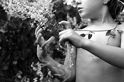 Kind spielt im Garten - p1308m1143911 von felice douglas