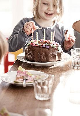Kleines Mädchen feiert Geburtstag - p253m912657 von Oscar