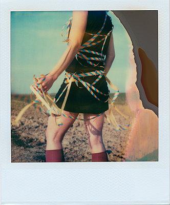 Frau mit Luftschlangen - p979m1211441 von Rumbach, Jennifer