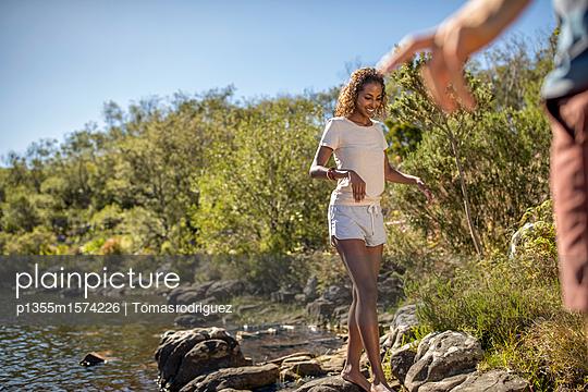 Junge Frau an einem Flussufer - p1355m1574226 von Tomasrodriguez