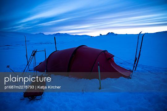 Tent in snowy landscape after sunset - p1687m2278793 by Katja Kircher