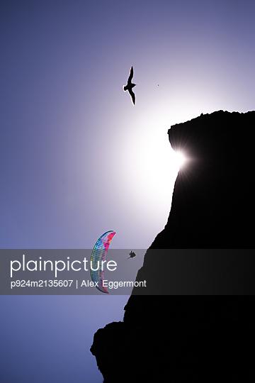 plainpicture - plainpicture p924m2135607 - Paraglider gliding mid air ... - DEEPOL by plainpicture/Alex Eggermont