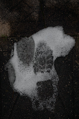 Footprints in snow - p1028m1538128 von Jean Marmeisse