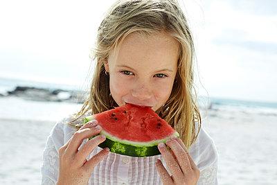 Little girl eating water melon in the beach - p300m1450220 by Martina Ferrari