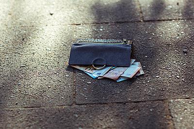 Geldbörse liegt auf dem Gehweg - p432m1586843 von mia takahara