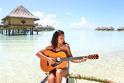 Woman playin guitar - p045m702701 by Jasmin Sander