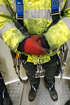 Monteur mit Schutzausrüstung gegen Absturz - p1079m1562101 von Ulrich Mertens