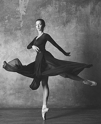 Ballerina drehend - p1476m2026979 von Yulia Artemyeva