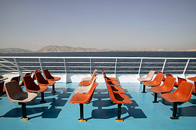 Rote Plastiksitze an Deck - p3880800 von L.B.Jeffries