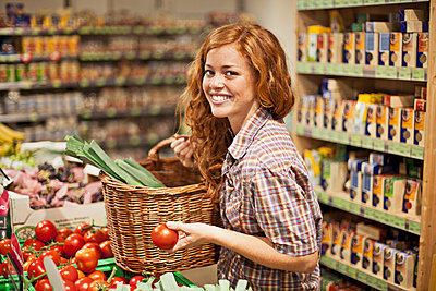 Young woman in a supermarket - p586m698309 by Kniel Synnatzschke