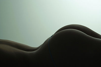 Woman's lower back and buttocks, side view - p675m922804 by Frederic Cirou