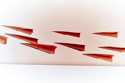 Rote Papierflieger - p851m1116265 von Lohfink