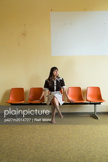 Sitzende Frau - p427m2014727 von R. Mohr
