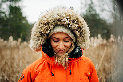 portrait of blonde woman in the snow with winter hat and coat - p1166m2090665 by Cavan Images