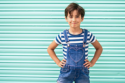 Portrait of smiling little girl wearing dungarees - p300m2029699 by Javier Sánchez Mingorance