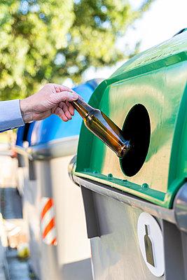 Close-up of man putting bottle into bottle bank - p300m2113970 von VITTA GALLERY