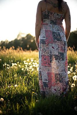 Woman standing in the meadow - p310m2288443 by Astrid Doerenbruch