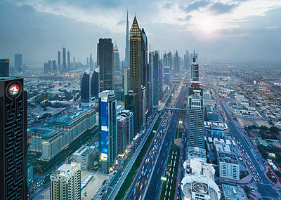Skyscrapers along Sheikh Zayed Road, Dubai, UAE - p429m2068282 by Henglein and Steets