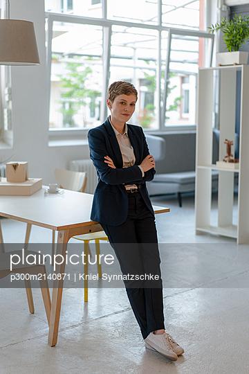 Portrait of confident businesswoman in office - p300m2140871 by Kniel Synnatzschke
