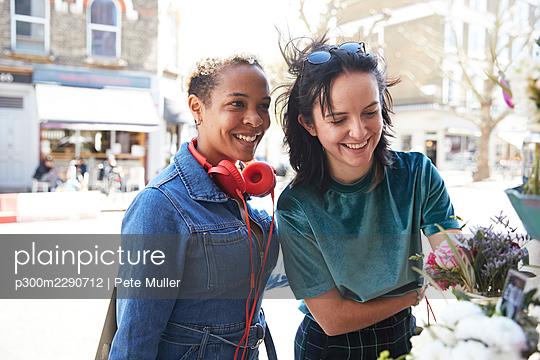 two girls at a florist, London, UK - p300m2290712 von Pete Muller
