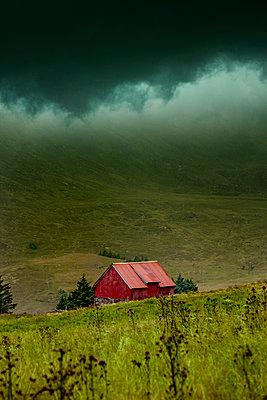Rote Berghütte im Bergland von Norwegen - p248m2126029 von BY