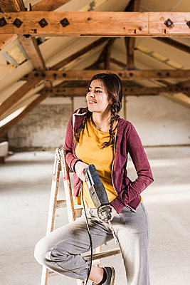 Independent young woman renovating her new home - p300m1356252 by Uwe Umstätter