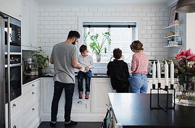 Family in kitchen at home - p426m1226477 by Maskot