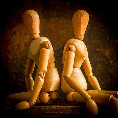 Zwei Holzpuppen - p813m1222301 von B.Jaubert