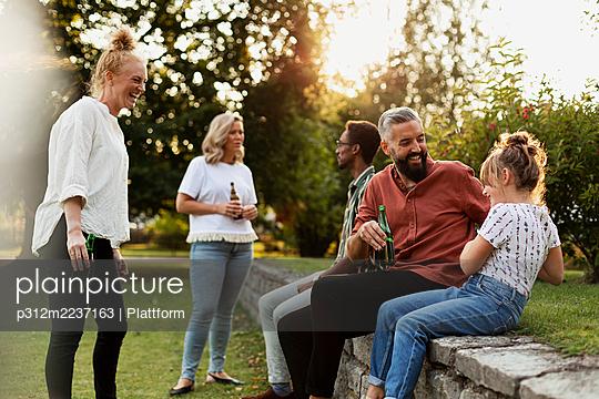 Friends relaxing in park - p312m2237163 by Plattform