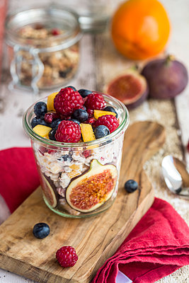 Glass of natural yogurt with granola and various fruits - p300m1550247 by Sandra Roesch