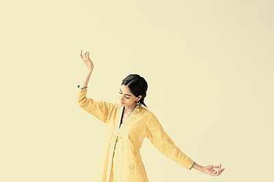 Indian woman dancing - p555m1305067 by JGI/Jamie Grill
