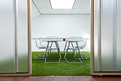 Modern meeting room in office - p555m1459418 by Spaces Images