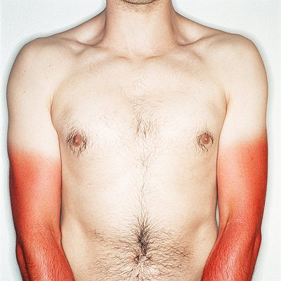 Bare chested man with sunburnt arms, mid section, close-up - p1531m2264206 by Jens Lucking