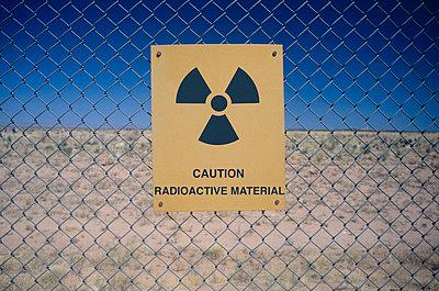 Wahrnschild vor Radioaktivität, Nevada Testgelände, USA - p6090425 von George