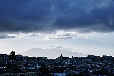 Cloud cover over Naples, Vesuvius mountain in background - p968m2207457 by roberto pastrovicchio