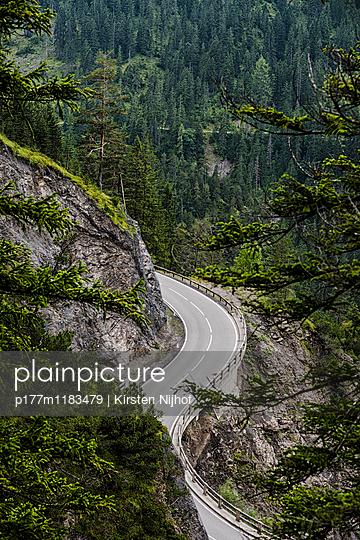 Kurvige Landstraße in Österreich - p177m1183479 von Kirsten Nijhof