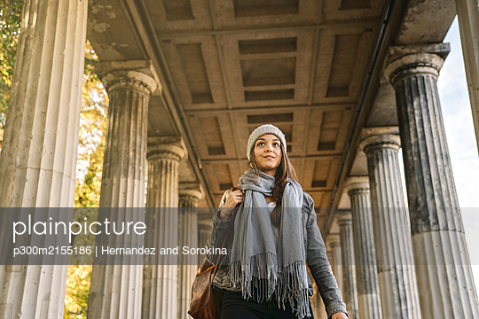 Young woman walking through an arcade in the city, Berlin, Germany - p300m2155186 by Hernandez and Sorokina