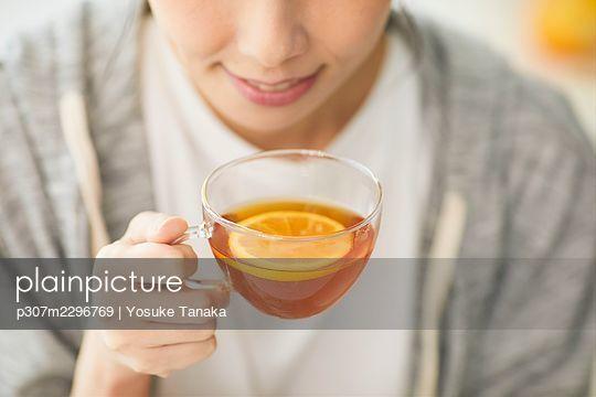 Japanese woman enjoying time at home - p307m2296769 by Yosuke Tanaka